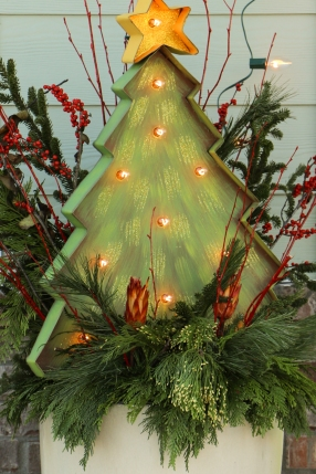How fun are these metal light up Christmas trees!?!